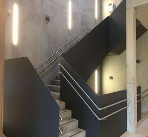 Habillage en tôle d'un escalier en béton et main-courante en inox