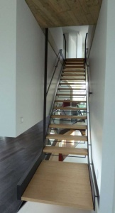 Habillage métallique d un' escalier avec marche en bois