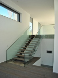Escalier en acier avec habillage en verre