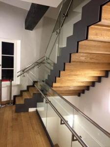 Escalier en acier acvec marche en bois,garde-corps vitré et main-courante en inox
