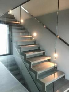Escalier avec garde-corps vitré