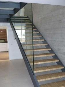 Escalier avec marche en bois et un habillage vitré