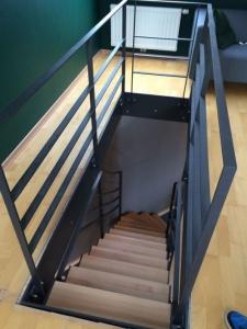 Escalier en acier avec marche en bois et barreaudage horizontale