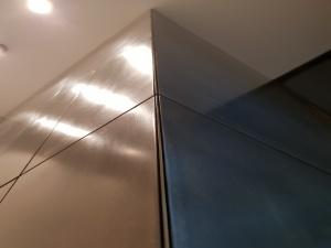 cage d'ascenseur avec habillage en laiton