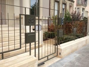 Garde-corps extérieure à barreaudage verticale et porte d'access