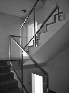 Escalier en béton avec garde-corps acier et vitré