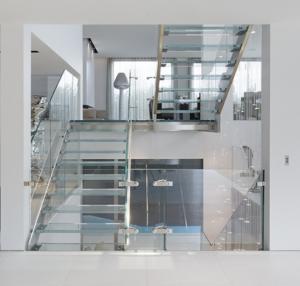 Escaliers inox avec marches et garde-corps en verre
